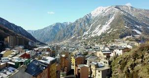 Άποψη από την κορυφή της πόλης βουνών Vela Λα Andora, Καταλωνία, ποταμός βουνών φιλμ μικρού μήκους