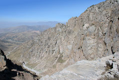 Άποψη από την κορυφή της σειράς βουνών και το ίχνος βουνών της Τιέν Σαν στοκ φωτογραφία