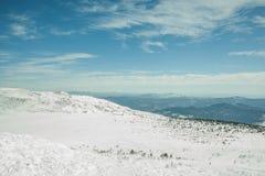 Άποψη από την κορυφή του βουνού στη χειμερινή φύση Στοκ Εικόνες