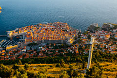 Άποψη από την κορυφή του βουνού Srdj στο παλαιό μέρος της πόλης και του τελεφερίκ σε Dubrovnik, Κροατία Στοκ εικόνες με δικαίωμα ελεύθερης χρήσης