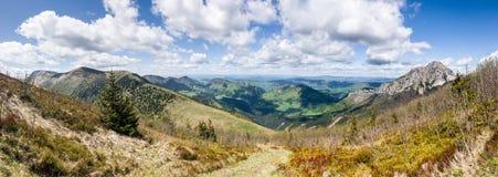 Άποψη από την κορυφογραμμή βουνών Στοκ φωτογραφία με δικαίωμα ελεύθερης χρήσης