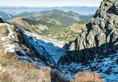 Άποψη από την κορυφογραμμή του χαμηλών Tatras, του χιονιού και των λόφων Στοκ φωτογραφία με δικαίωμα ελεύθερης χρήσης