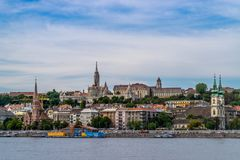 Άποψη από την οδό σε Fisherman& x27 κάστρο και πύργος προμαχώνων του s σε Buda Στοκ Φωτογραφία