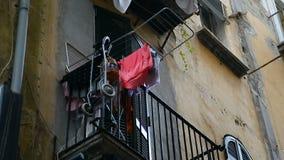 Άποψη από την οδό στο μπαλκόνι του διαμερίσματος του μόνου προσώπου, άσπλαχνη πτώση ζωής απόθεμα βίντεο