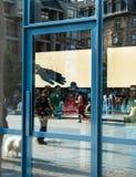 Άποψη από την οδό των πελατών μέσα στη Apple Store Στοκ Εικόνα