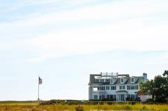 Άποψη από την παραλία ενός σπιτιού στην ένωση Kennedy - η ιδιοκτησία προκυμαιών στο βακαλάο ακρωτηρίων κατά μήκος του ήχου Nantuc Στοκ Φωτογραφία