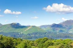Άποψη από την περιοχή Cumbria λιμνών Keswick αιθουσών Castlerigg στο νερό και Catbells Derwent Στοκ Φωτογραφία