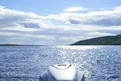 Άποψη από την πρύμνη της βάρκας στον ποταμό Στοκ Εικόνες