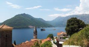 Άποψη από την πόλη Perast στα νησιά και τους πράσινους λόφους στον κόλπο Kotor - Boka Kotorska - του τοπίου του Μαυροβουνίου στοκ φωτογραφία με δικαίωμα ελεύθερης χρήσης