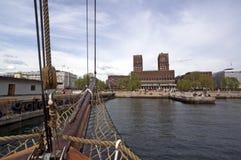 Άποψη από την πλέοντας βάρκα στο λιμένα και το Δημαρχείο του Όσλο Στοκ Εικόνες
