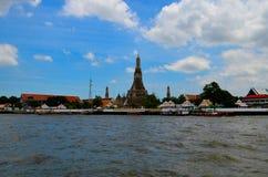 Άποψη από την πλευρά ποταμών στην ταϊλανδικούς παλαιούς κάτω πόλη και το ναό Στοκ Φωτογραφίες