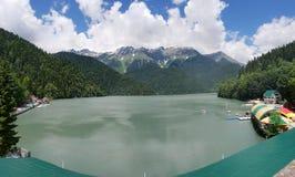 Άποψη από τη γέφυρα παρατήρησης στη λίμνη Ritsa στην Αμπχαζία Στοκ φωτογραφία με δικαίωμα ελεύθερης χρήσης