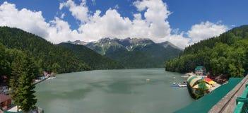 Άποψη από τη γέφυρα παρατήρησης στη λίμνη Ritsa στην Αμπχαζία Στοκ Φωτογραφίες