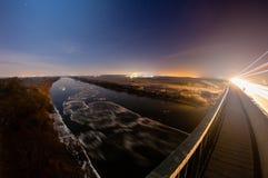 Άποψη από τη γέφυρα στον ποταμό που επιπλέει στη φεγγαρόφωτη νύχτα άνοιξη επιπλέοντος πάγου πάγου Στοκ φωτογραφία με δικαίωμα ελεύθερης χρήσης