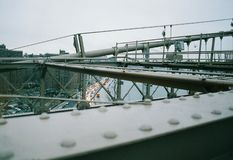 Άποψη από τη γέφυρα του Μπρούκλιν στο δρόμο κατωτέρω στοκ εικόνα