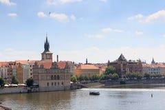 Άποψη από τη γέφυρα του Charles προς την παλαιά πόλη Πράγα Στοκ Φωτογραφία