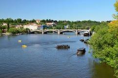 Άποψη από τη γέφυρα του Charles στον ποταμό Vltava και μια άλλη γέφυρα στοκ φωτογραφία