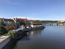 Άποψη από τη γέφυρα Charles πέρα από τον ποταμό vltava Στοκ εικόνες με δικαίωμα ελεύθερης χρήσης