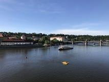 Άποψη από τη γέφυρα Charles πέρα από τον ποταμό vltava Στοκ Εικόνες