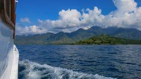 Άποψη από τη θάλασσα στη γραφική ακτή ενός τροπικού νησιού Κρουαζιέρα μεταξύ των νησιών Ταξίδι στον τροπικό παράδεισο Χνουδωτό wh στοκ φωτογραφίες