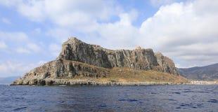 Άποψη από τη θάλασσα στη μεσαιωνική πόλη κάστρων νησιών Monemvasia, ανατολικό κόστος της Πελοποννήσου, Ελλάδα, τον Ιούνιο του 201 στοκ φωτογραφίες με δικαίωμα ελεύθερης χρήσης