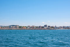 Άποψη από τη θάλασσα στην ακτή Στοκ φωτογραφία με δικαίωμα ελεύθερης χρήσης