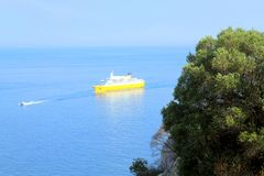 Άποψη από τη νότια παράλια στη θάλασσα και το επιπλέον σκάφος Στοκ φωτογραφία με δικαίωμα ελεύθερης χρήσης