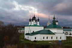 Άποψη από τις έπαλξεις πόλεων στην εκκλησία και τις αγορές arcade Αργά το φθινόπωρο Σούζνταλ Ρωσία Στοκ φωτογραφία με δικαίωμα ελεύθερης χρήσης