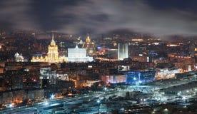 Άποψη από τις κορυφές στεγών το χειμώνα στην πόλη Μόσχα νύχτας Στοκ Εικόνες