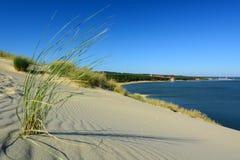Άποψη από τον αμμόλοφο Parnidis πέρα από τη Nida και τη λιμνοθάλασσα Curonian Nida Λιθουανία Στοκ εικόνα με δικαίωμα ελεύθερης χρήσης