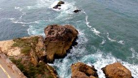 Άποψη από τον απότομο βράχο στα ωκεάνιους κύματα και τους βράχους στην ακτή απόθεμα βίντεο