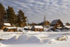 Άποψη από τον παγωμένο κόλπο της άσπρης θάλασσας στο χωριό Nilmoguba, Καρελία Στοκ εικόνες με δικαίωμα ελεύθερης χρήσης