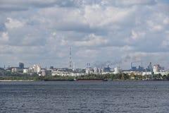 Άποψη από τον ποταμό σε μια μεγάλη βιομηχανική πόλη Στοκ εικόνα με δικαίωμα ελεύθερης χρήσης