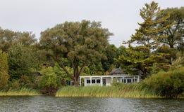 Άποψη από τον ποταμό του χίλιου επισκέπτη χώρων στάθμευσης νησιών cente Στοκ φωτογραφία με δικαίωμα ελεύθερης χρήσης