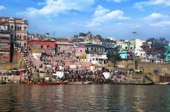 Άποψη από τον ποταμό Ganga, Ινδία, άποψη ποταμών πόλεων πρωινού, αρχαίο τοπίο πόλεων, Ινδική πόλη σχετικά με το Γάγκη, Varanasi Στοκ Εικόνα