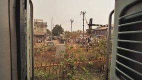 Άποψη από τον προθάλαμο του ινδικού τραίνου στα ινδικά χωριά απόθεμα βίντεο