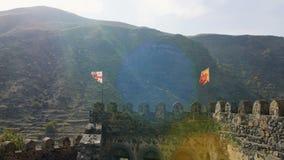 Άποψη από τον προμαχώνα, την τάφρο και τον κύριο εξωτερικό τοίχο στο μέτωπο ενός μεγάλου αρχαίου κάστρου φιλμ μικρού μήκους