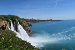 Άποψη από τους απότομους βράχους Antalya στον ωκεανό και τον καταρράκτη Duden Στοκ Φωτογραφία