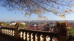Άποψη από τους κήπους κάτω από το Κάστρο της Πράγας Στοκ φωτογραφία με δικαίωμα ελεύθερης χρήσης