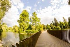 Άποψη από τους κήπους Kew, βασιλικοί βοτανικοί κήποι στο Λονδίνο στοκ φωτογραφίες με δικαίωμα ελεύθερης χρήσης