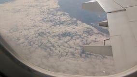 Άποψη από το αεροπλάνο επάνω από τα σύννεφα φιλμ μικρού μήκους