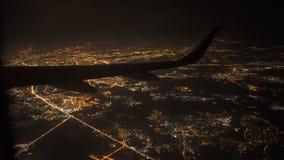 Άποψη από το αεροπλάνο με το φτερό να πετάξει τη νύχτα πέρα από το φως και την οδό πόλεων απόθεμα βίντεο