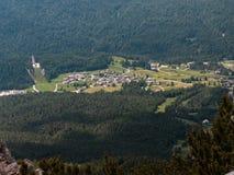 Άποψη από το βουνό του χαρακτηριστικού χωριού στα ιταλικά δολομίτες Α Στοκ φωτογραφία με δικαίωμα ελεύθερης χρήσης