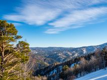 Άποψη από το βουνό Tserkovka στα βουνά Altai το χειμώνα στο θέρετρο Belokurikha σε Al στοκ εικόνες