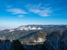 Άποψη από το βουνό Tserkovka στα βουνά Altai το χειμώνα στο θέρετρο Belokurikha σε Al στοκ φωτογραφία