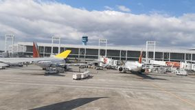 Άποψη από το διάδρομο αερολιμένων παραθύρων αεροπλάνων και τα διάφορα απόθεμα βίντεο