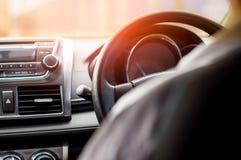 Άποψη από το εσωτερικό του αυτοκινήτου Και ο ήλιος πρωινού Το concep στοκ φωτογραφία με δικαίωμα ελεύθερης χρήσης