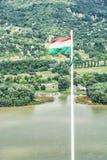 Άποψη από το κάστρο καταστροφών του Visegrad, Ουγγαρία, ουγγρική σημαία, Danu Στοκ Φωτογραφία