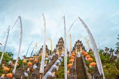 Άποψη από το κατώτατο σημείο μέχρι το ναό του Μπαλί σύνθετο, διακοσμημένος για τις διακοπές Galungan r στοκ εικόνες