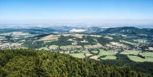 Άποψη από το λόφο Velky Javornik στα βουνά Moravskoslezske Beskydy Στοκ εικόνες με δικαίωμα ελεύθερης χρήσης